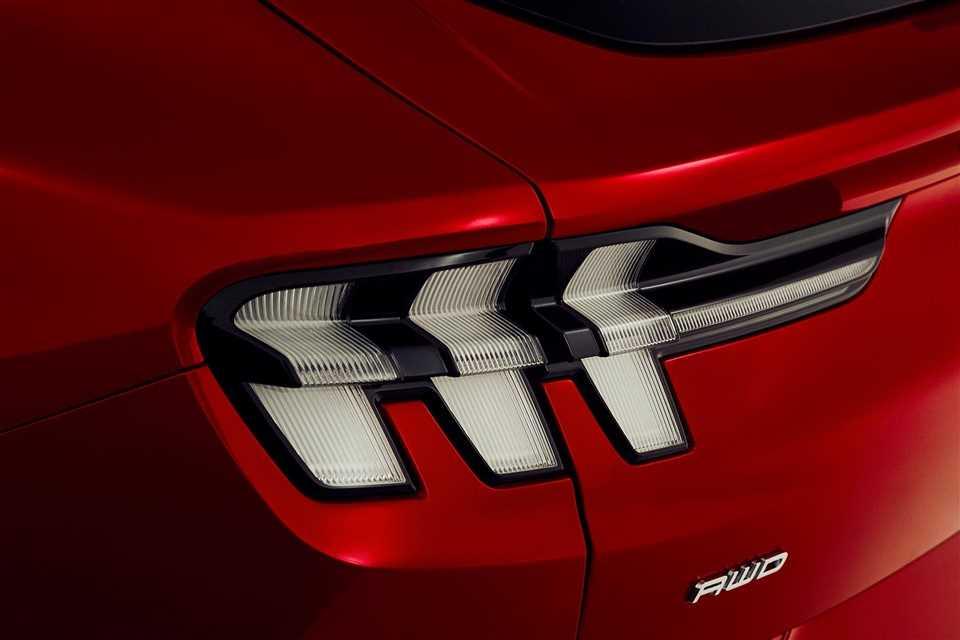 """oen Ford het een """"op de Mustang geïnspireerde SUV"""" noemde, ontstond er direct veel rumoer. Hoe durfde Ford de iconische naam Mustang te gebruiken voor een SUV?"""