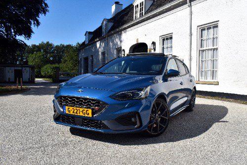 De Ford Focus ST schuin van voren